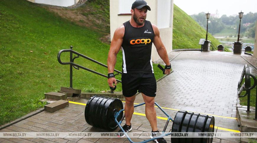 Силач Александр Кодис поднялся по лестнице любви в Гродно с 200-килограммовой штангой