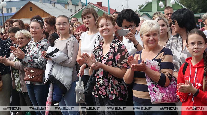 Лукашенко во время рабочей поездки в Ивьевский район пообщался с жителями райцентра