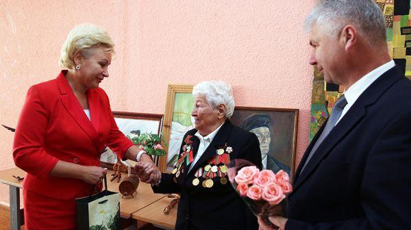 Костевич и Румак поздравили с 95-летием ветерана Великой Отечественной войны Людмилу Певневу