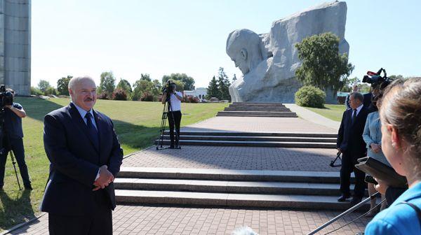 Лукашенко возложил цветы к Вечному огню в Брестской крепости