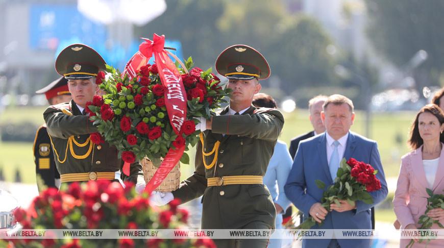 Празднование Дня города в Минске началось с возложения цветов к стеле