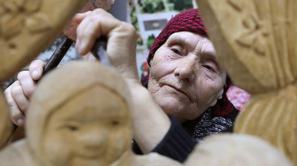 В Чашникском районе живет единственная резчица по дереву в Беларуси