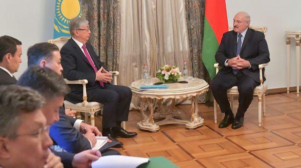 Лукашенко провел встречу с Президентом Казахстана Касым-Жомартом Токаевым на полях заседания Высшего Евразийского экономического совета