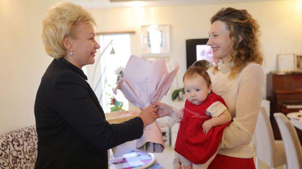 Костевич посетила многодетную семью в День матери