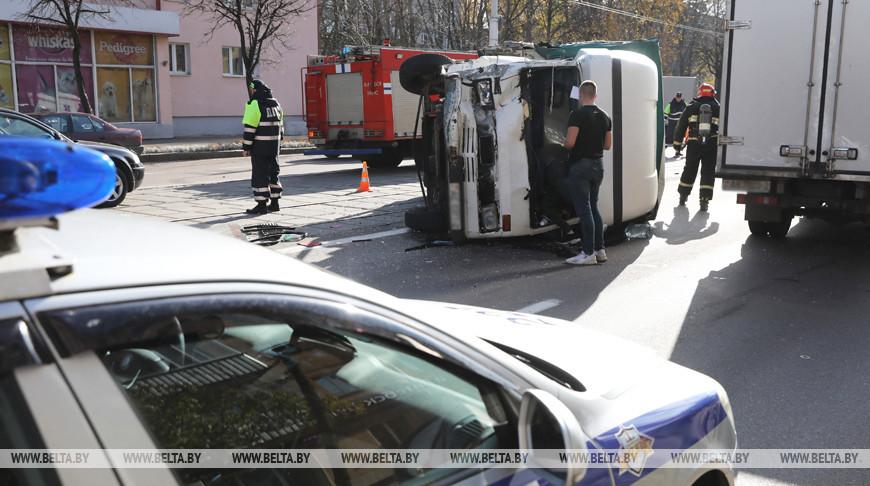 В центре Витебска перевернулся грузовик после столкновения с микроавтобусом