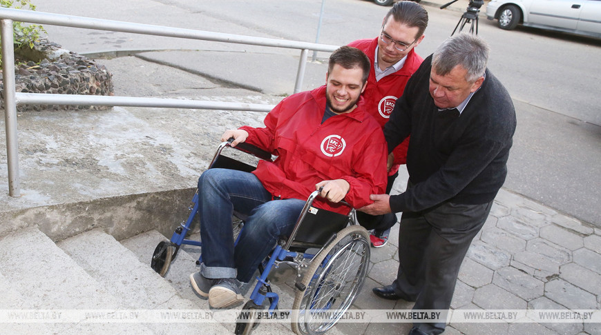 В Гродно волонтеров обучали навыкам работы с маломобильными избирателями