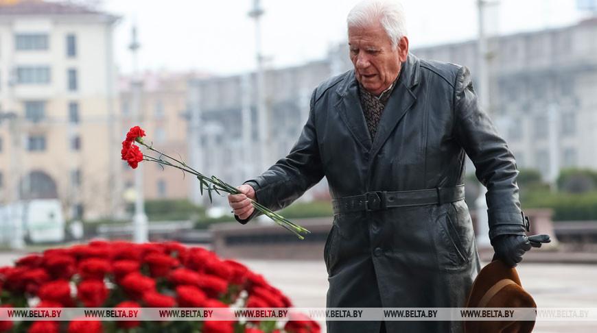 Цветы к памятнику Ленину возложили в Минске