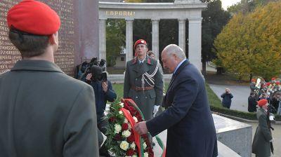 Лукашенко возложил венок к памятнику советским воинам-освободителям в Вене