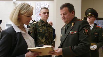 Министр обороны наградил отличников срочной службы и их матерей