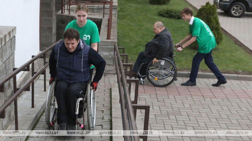 Волонтеры БРСМ оказывают помощь инвалидам на выборах
