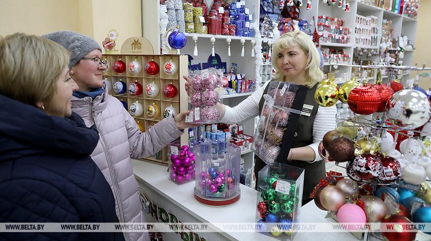 Предновогодняя торговля елочными украшениями идет в центральном универмаге Витебска