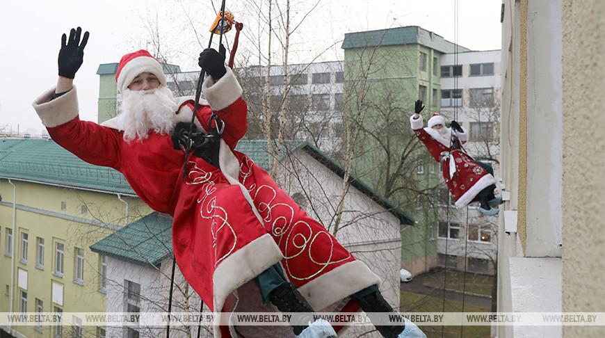 Десант Дедов Морозов - витебские спасатели поздравили детей с праздниками