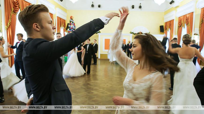 Первый областной новогодний бал провели в историческом здании хореографической школы Бреста