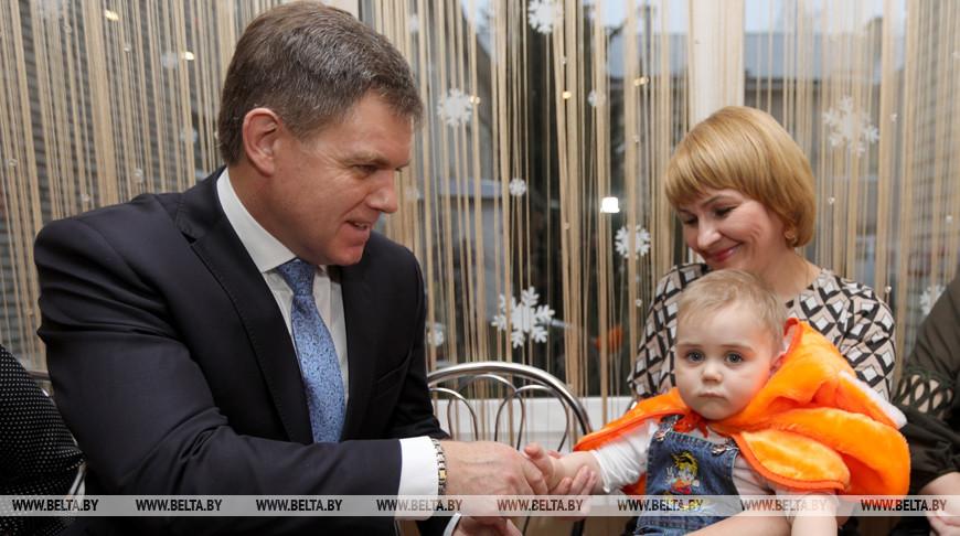 Петришенко поздравил воспитанников Борисовского дома ребенка