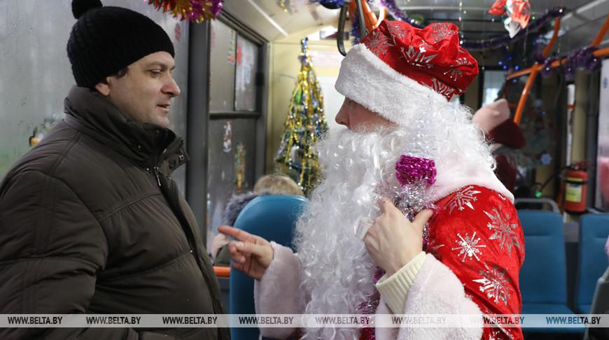 Новогодний троллейбус с Дедом Морозом и Снегурочкой курсирует по улицам Витебска
