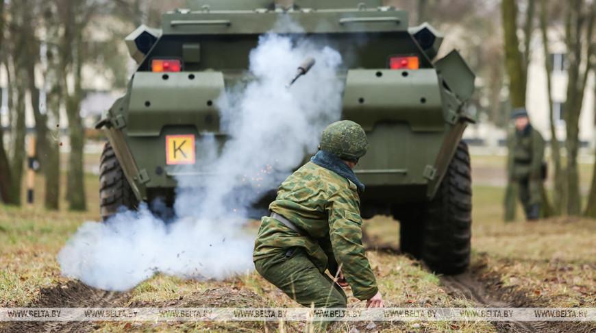 Молодое пополнение 38-й десантно-штурмовой бригады проходят курс общевойсковой подготовки