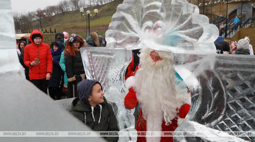 Ледяную резиденцию Деда Мороза открыли в Могилеве