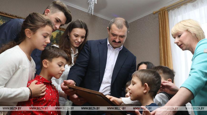 Виктор Лукашенко поздравил воспитанников детского дома семейного типа в Оршанском районе
