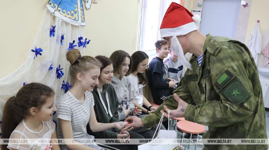 Витебские десантники поздравили пациентов детской областной клинической больницы