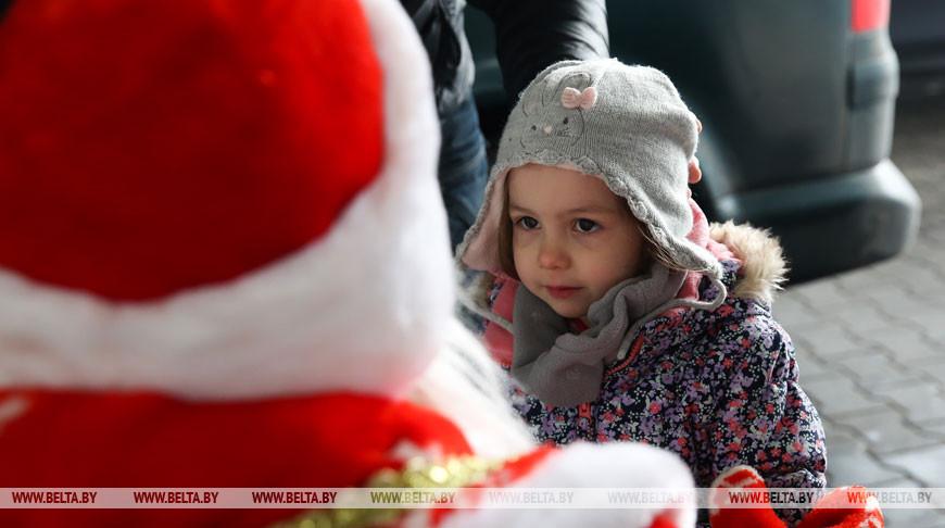 """Дед Мороз и Снегурочка дарят подарки на таможенном посту """"Варшавский мост"""""""
