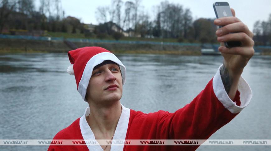 В Гродно Дед Мороз вплавь пересек Неман, чтобы поздравить город с Новым годом