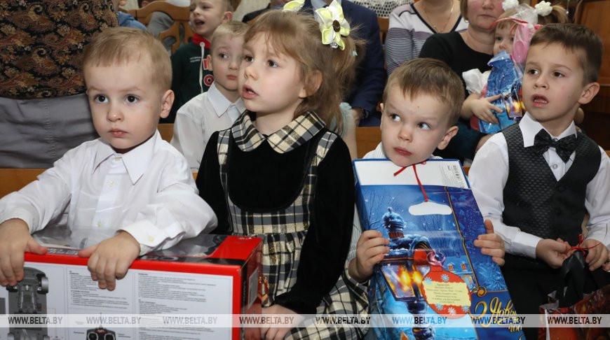 """Воспитанники Витебского детского дома получили подарки с """"Новогодней елки желаний"""""""
