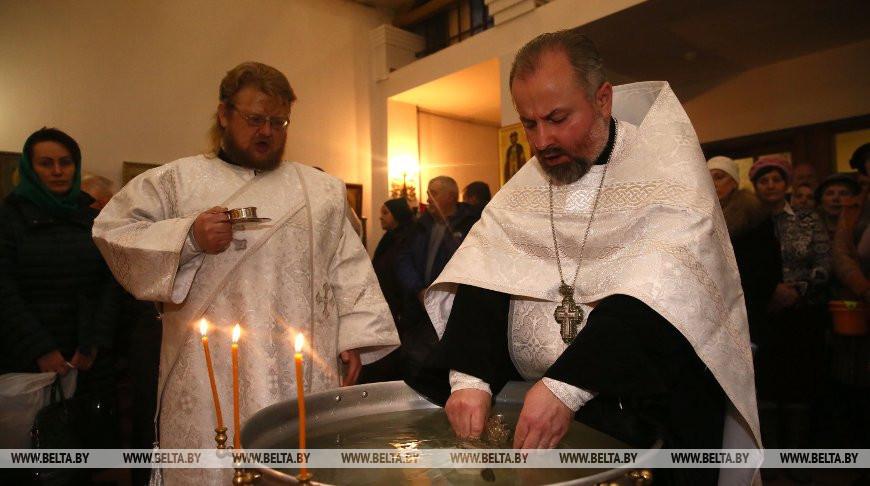 Освящение воды совершают в храмах в Крещенский сочельник