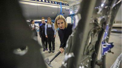 """Будущие бортпроводники """"Белавиа"""" учатся действовать в чрезвычайных ситуациях"""