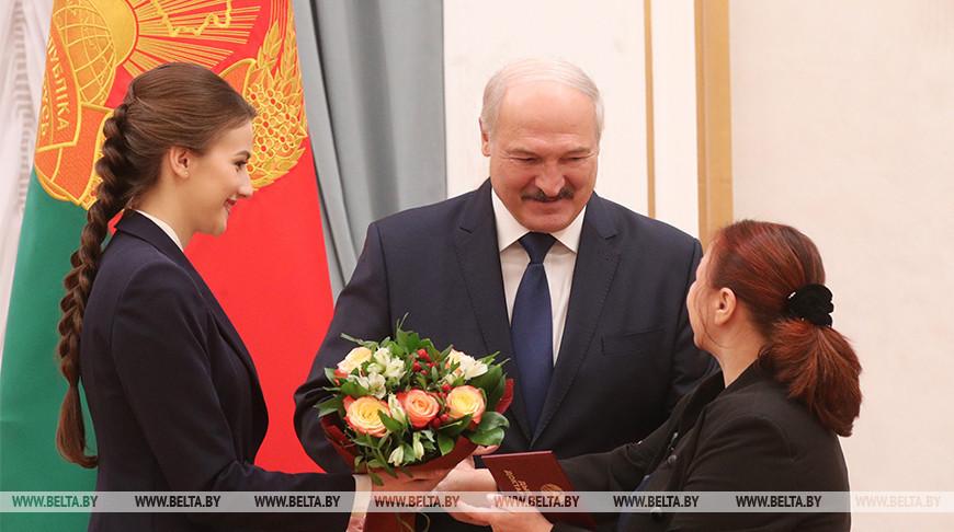 Лукашенко вручил дипломы доктора наук и аттестаты профессора научным и научно-педагогическим работникам