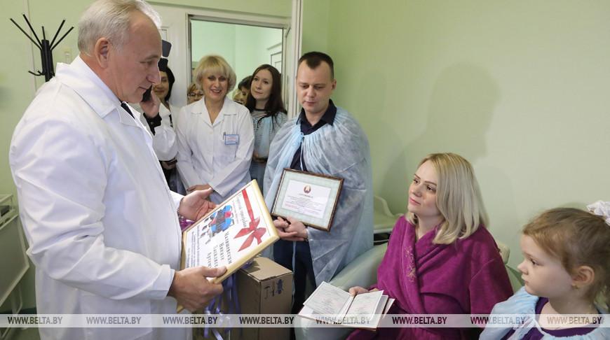 Шерстнев поздравил витебчан Малишевских с рождением тройни