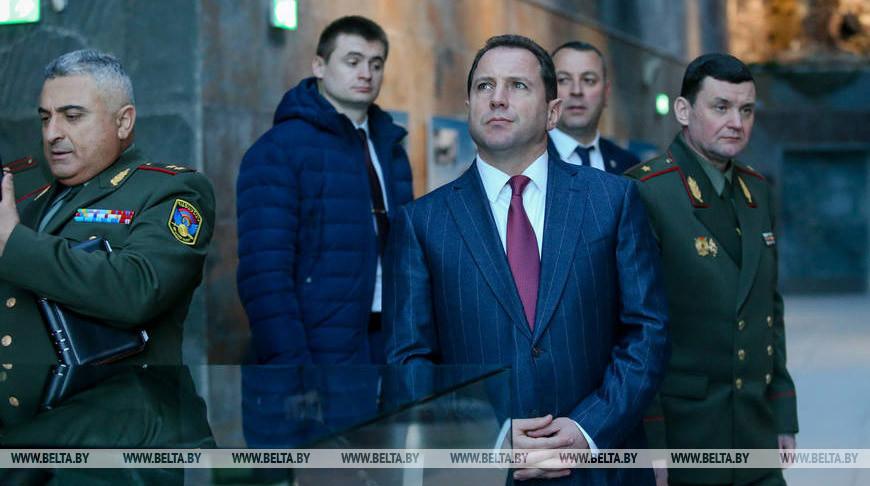 Министр обороны Армении посетил музей истории ВОВ