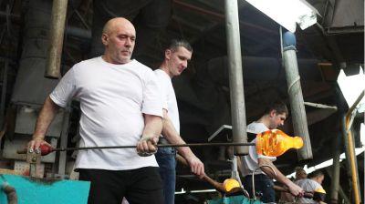 Традиции производства стекла ручной работы сохраняют мастера из Березовки