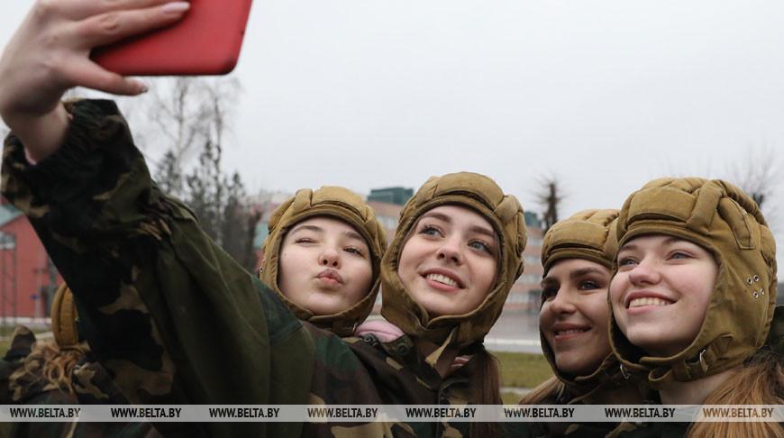 """В Витебске участницы """"Королевы Весны"""" один день провели в армии"""