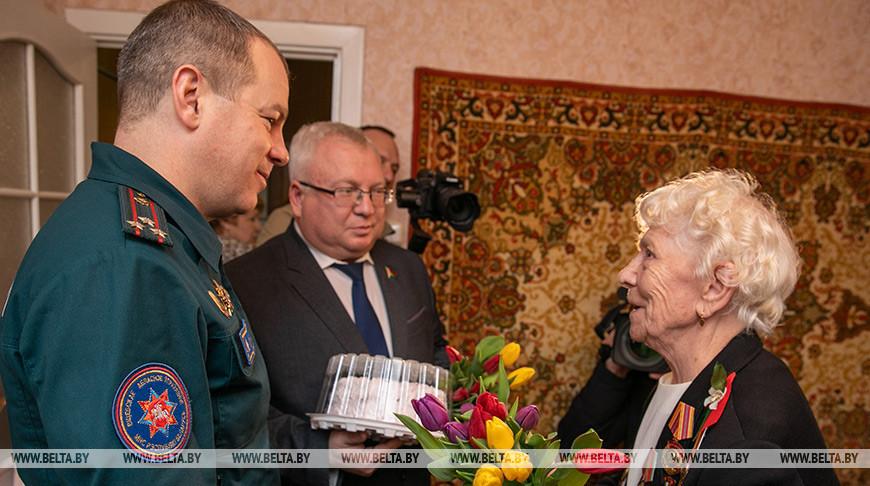 Спасатели поздравляют женщин-ветеранов Витебской области с 8 Марта