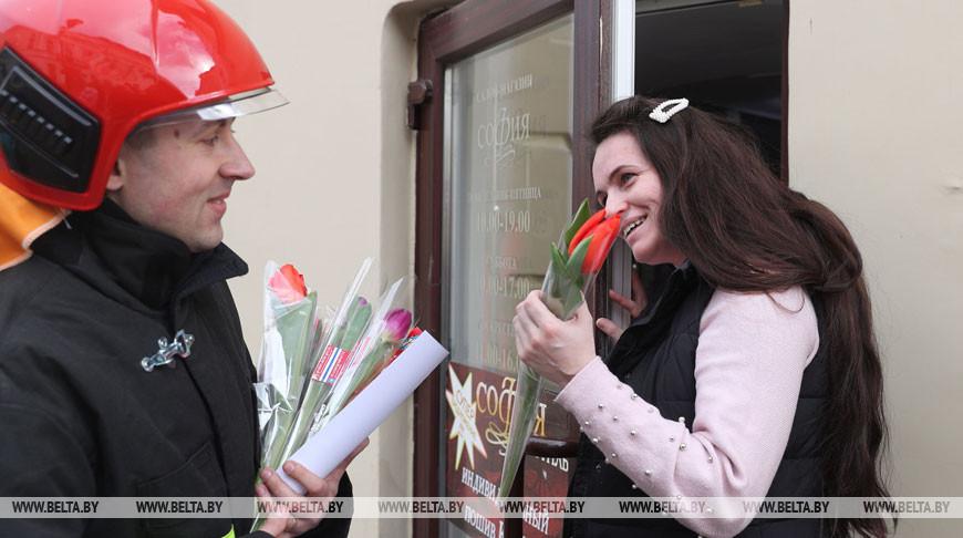 Спасатели поздравили жительниц Гродно с наступающим праздником весны