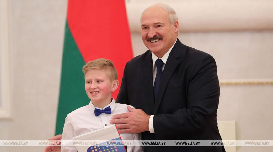 Лукашенко вручил паспорта юным гражданам страны