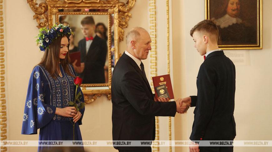 Кравцов вручил паспорта юным жителям Гродненщины