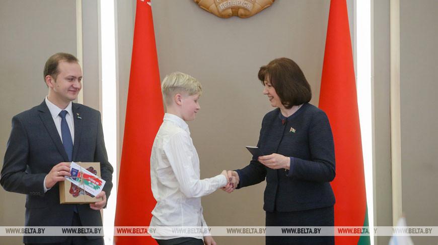 Кочанова вручила паспорта юным гражданам страны