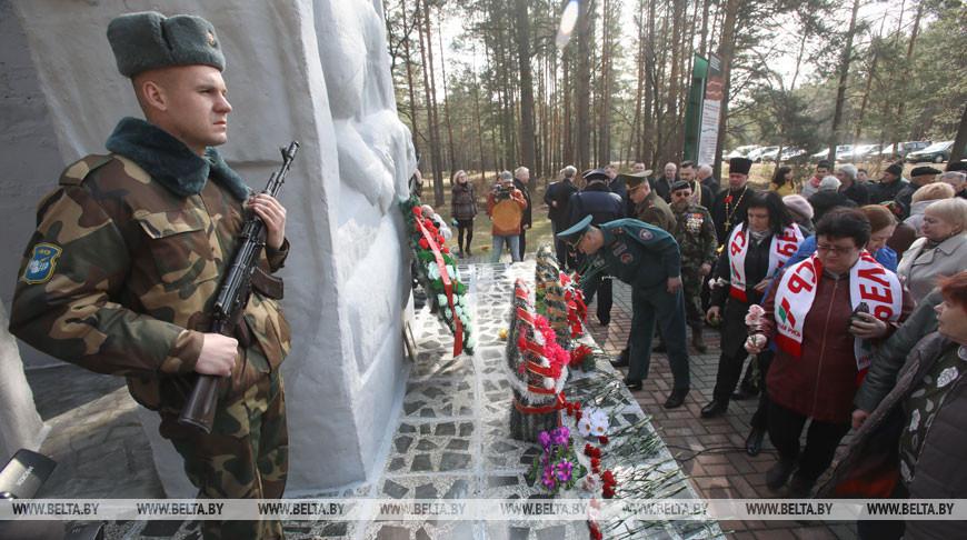 """Митинг в память об узниках лагеря смерти """"Озаричи"""" прошел в Калинковичском районе"""