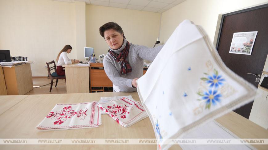 Дизайнерскую одежду с белоруской символикой делают на Слонимской фабрике художественных изделий