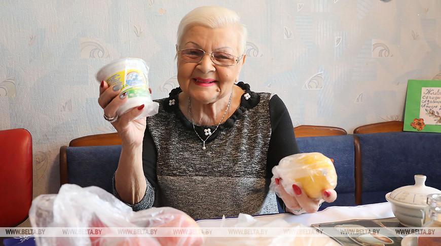 В Лепельском районе соцработники доставляют продукты пожилым людям на дом
