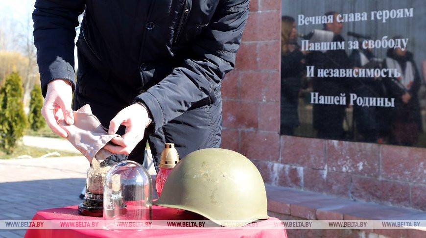 В Лепельском районе собрали землю с воинских захоронений в общую капсулу
