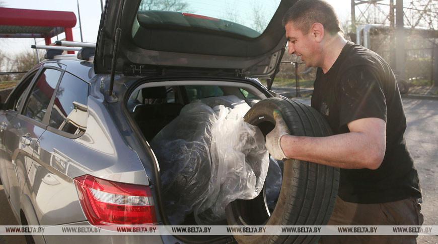 Автомобилисты меняют зимние шины
