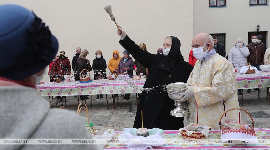 Верующие освящают пасхальную пищу