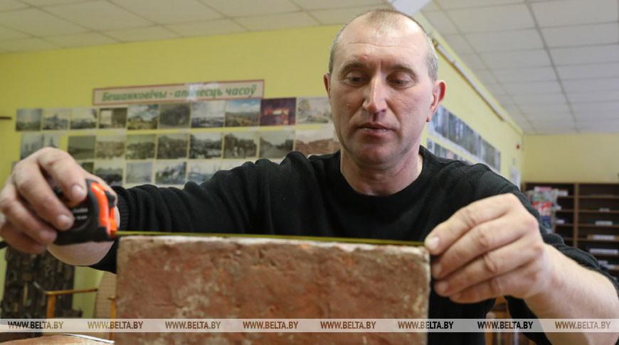 В Бешенковичах коллекционер собирает кирпичи с историей
