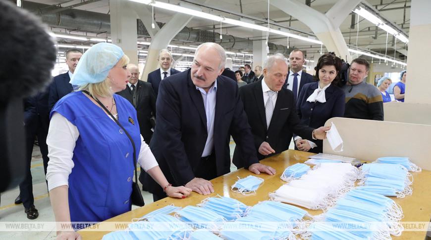 """Лукашенко ознакомился с выпуском защитных средств на бобруйской """"Славянке"""""""
