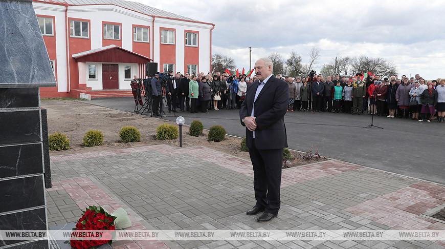 Лукашенко возложил цветы к мемориалу памяти выселенным деревням Наровлянского сельсовета