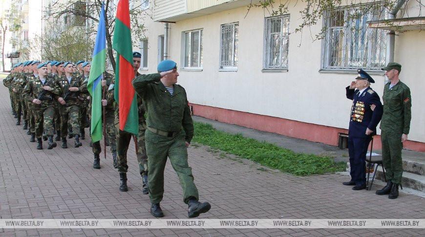 Витебские десантники провели парад для ветерана войны