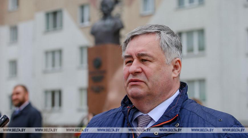 Министр информации принял участие в церемонии возложения цветов к памятнику Героя Советского Союза Джумашу Асаналиеву