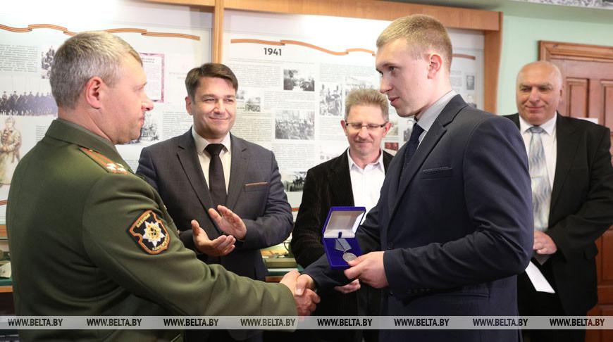 В Гродно правнуку фронтовика передали утерянную боевую медаль